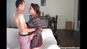 Тонкая девушка ласкает ухажеру ногами и облизывает жилистый пенис