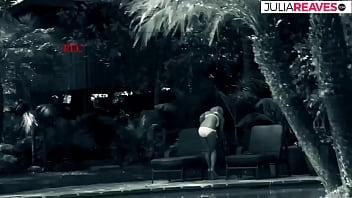 Рыжая мамочка в нейлоновых чулочках уселась на кресло и потеребила вульву