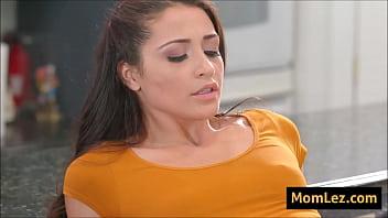 Толстенькие лезбиянки горячо ебутся на сеансе массажа