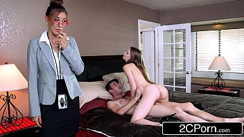 Кучерявая девушка трахается с хахалем вскоре после отсоса в ванной комнате