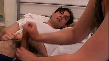 Мужчина устроил утренний жахач с любовницей около спящей супруги
