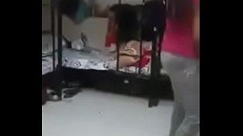 Мамка любуется маленьким фаллосом во время отсоса нигеру