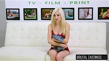Девушка с малочисленными волосами демонстрирует влажный язычок