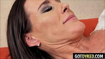 Две обольстительные лесбиянки трахаются с пареньком на кроватке
