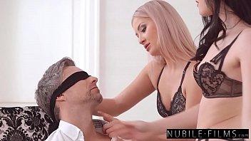Мисс со вторым размером груди не выдержала и обоссалась во время мастурбации