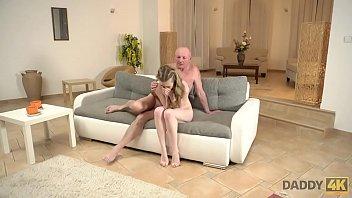 Красотка зашла в гости и потрахалась с мускулистым парнем