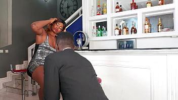 Kira queen участвует в секс групповухе с девушками и мужиками на улице
