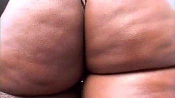 Очаровательные лезбиянки оттрахали друг другу в задница при помощи секс игрушки